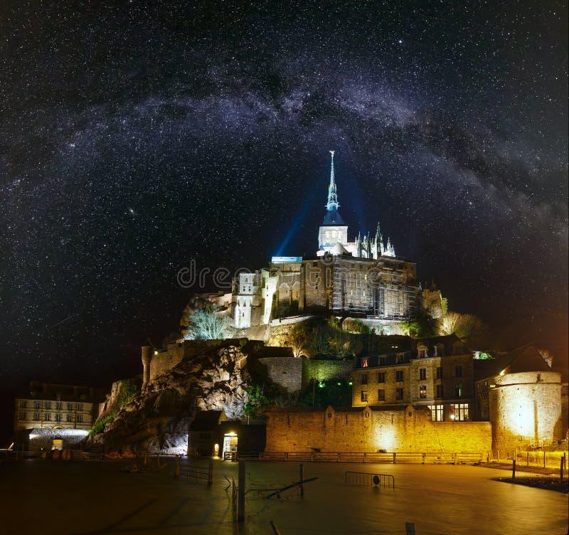Νύχτα Mont Saint-Michel και γαλακτώδης τρόπος στον ουρανό, Γαλλία στοκ εικόνες με δικαίωμα ελεύθερης χρήσης