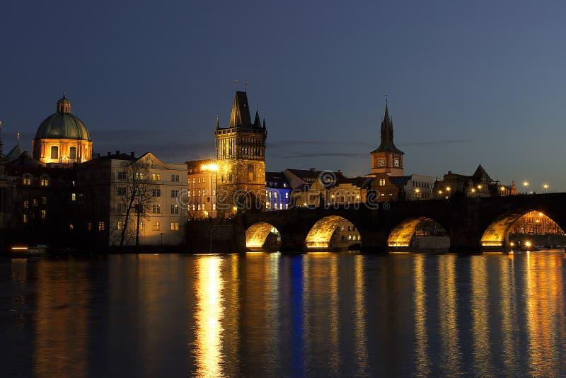 Νύχτα Prag γεφυρών του Charles - nocni Πράγα στοκ φωτογραφίες