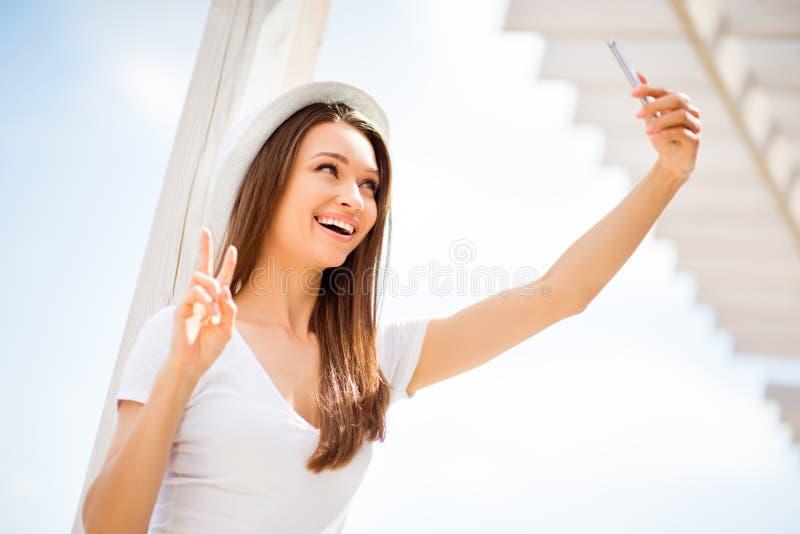 Ξένοιαστη και ευτυχής, φοβιτσιάρης διάθεση Χαμηλή γωνία του χαριτωμένου νέου κοριτσιού, μΑ στοκ εικόνα με δικαίωμα ελεύθερης χρήσης