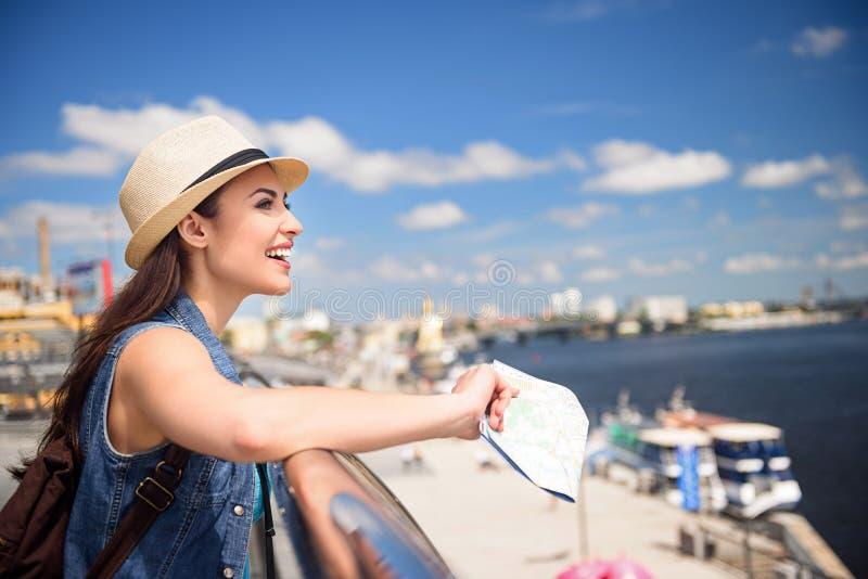 Ξένοιαστο νέο κορίτσι που ταξιδεύει πέρα από την πόλη στοκ εικόνες με δικαίωμα ελεύθερης χρήσης