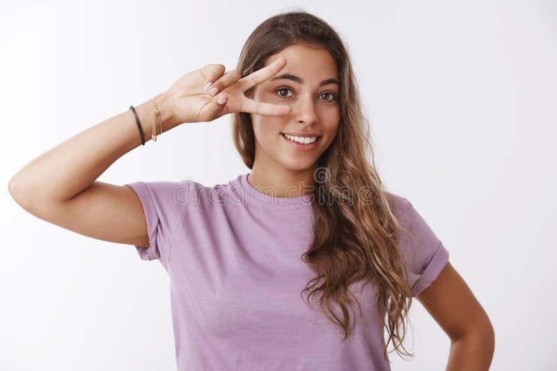 Ξένοιαστο σώμα-θετικό κορίτσι που αφήνει τον ευτυχή τρόπο ζωής τον ελεύθερο χρόνο που αισθάνεται την εύθυμη παρουσιάζοντας χειρον στοκ εικόνες με δικαίωμα ελεύθερης χρήσης