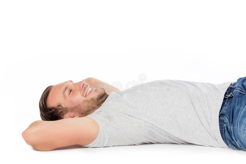 Ξένοιαστο χαμόγελο ατόμων, που βάζει στο πάτωμα στοκ φωτογραφία με δικαίωμα ελεύθερης χρήσης