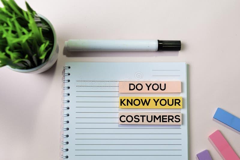 Ξέρει το κείμενο πελατών σας στις κολλώδεις σημειώσεις με την έννοια γραφείων γραφείων στοκ φωτογραφία με δικαίωμα ελεύθερης χρήσης