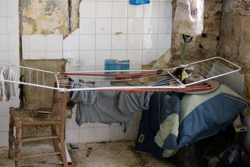 Ξήρανση πλυντηρίων στο εγκαταλειμμένο σπίτι στοκ φωτογραφία