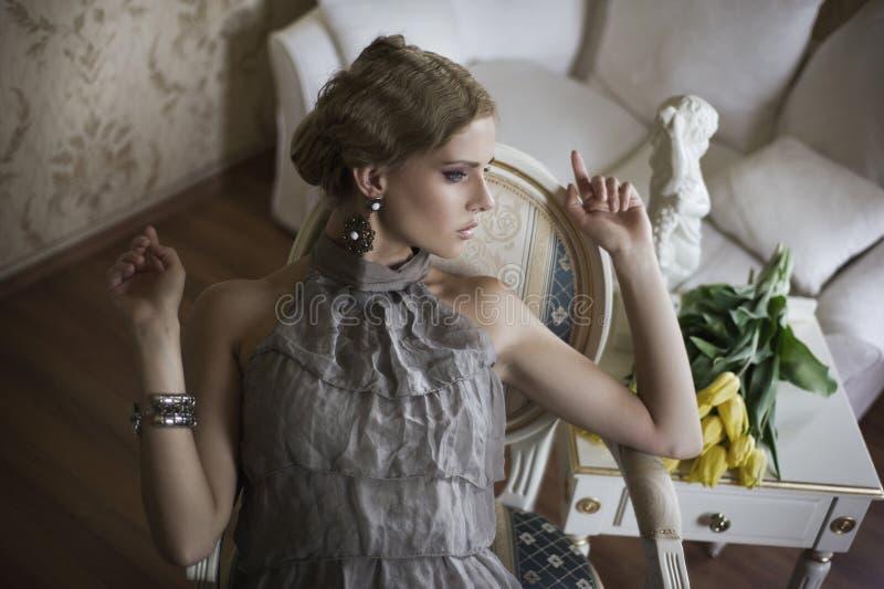 ξανθές γυναικείες νεολ στοκ φωτογραφίες