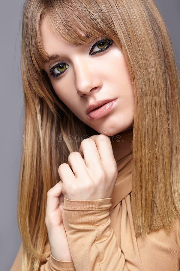 ξανθές νεολαίες γυναικώ& Θηλυκό με τα πράσινα μάτια και πολύ στοκ εικόνες