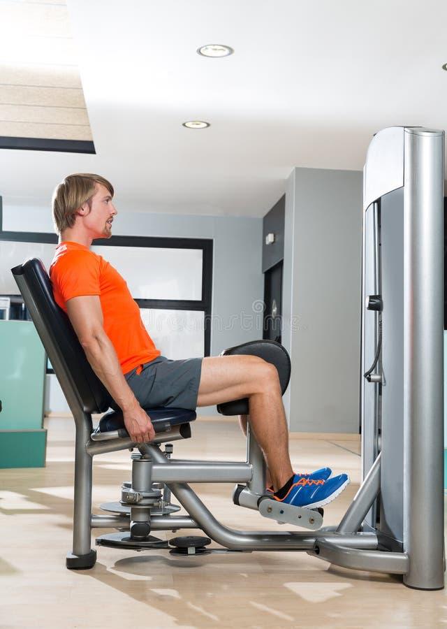 Ξανθή άσκηση ατόμων απαγωγής ισχίων στο κλείσιμο γυμναστικής στοκ εικόνα με δικαίωμα ελεύθερης χρήσης