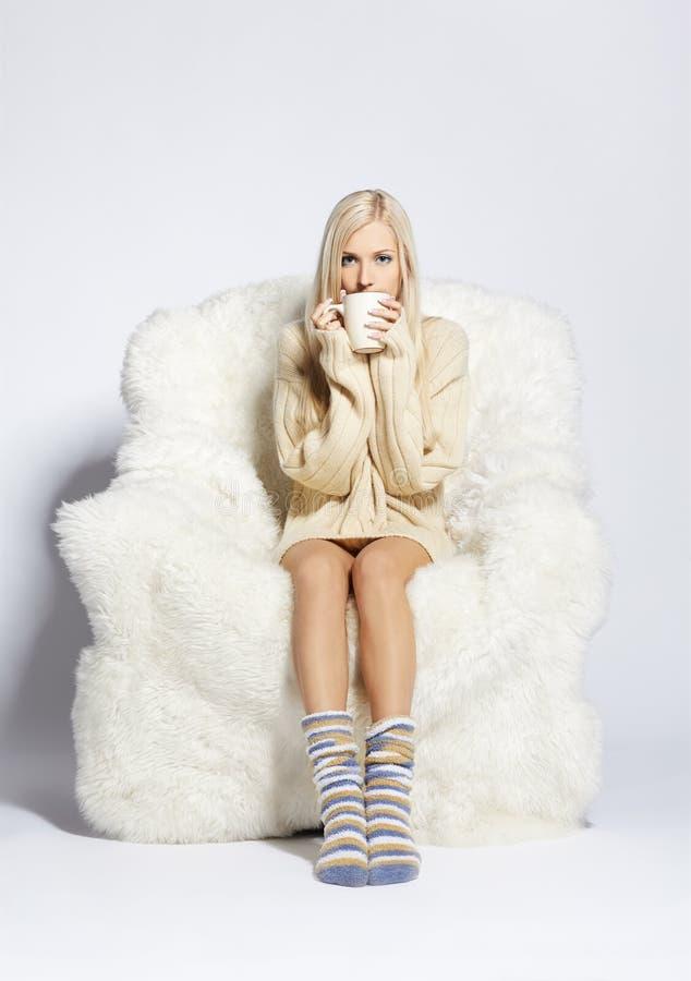 Download ξανθή έδρα βραχιόνων γούνινη Στοκ Εικόνα - εικόνα από καυκάσιος, μοντέλο: 17051559