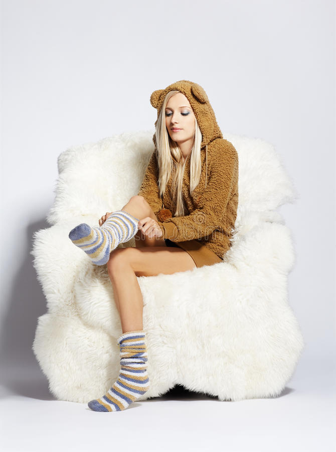 Download ξανθή έδρα βραχιόνων γούνινη Στοκ Εικόνες - εικόνα από lifestyle, κορίτσι: 17051578