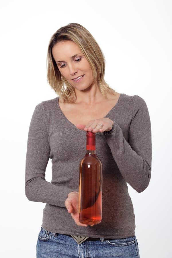 ξανθή γυναίκα κρασιού μπουκαλιών στοκ εικόνα