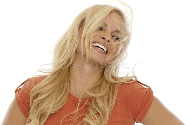 Ξανθή γυναίκα με ένα όμορφο χαμόγελο στοκ φωτογραφίες