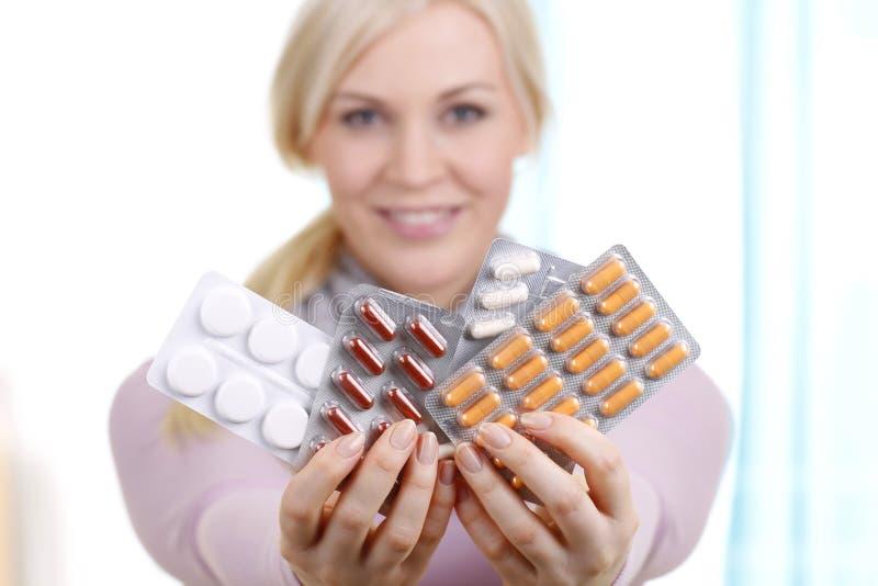 Ξανθή γυναίκα με τα χάπια στοκ εικόνες