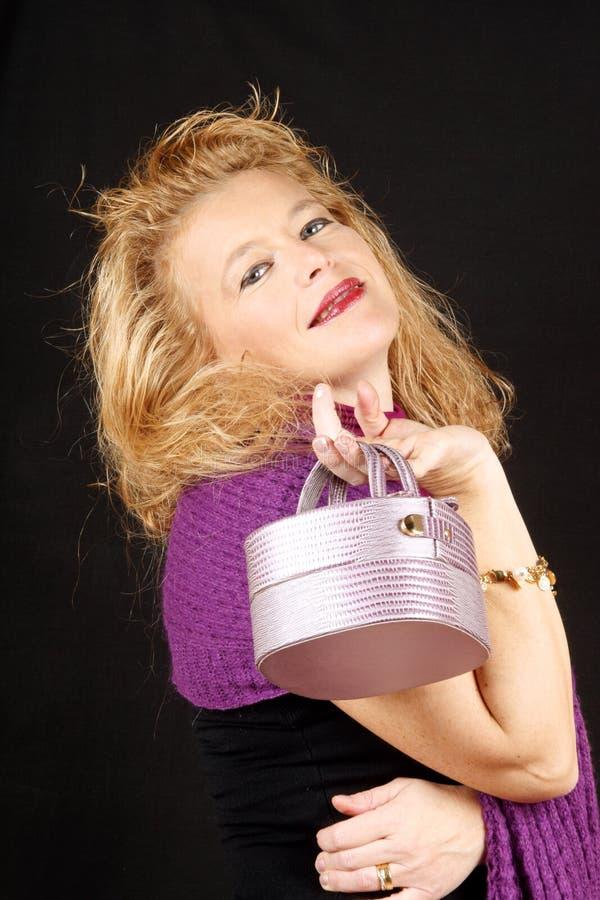 Ξανθή γυναίκα με την τσάντα στοκ φωτογραφία με δικαίωμα ελεύθερης χρήσης