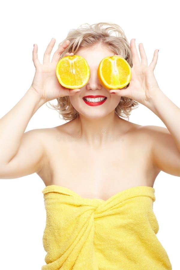 Ξανθή γυναίκα με το πορτοκάλι στοκ φωτογραφίες με δικαίωμα ελεύθερης χρήσης