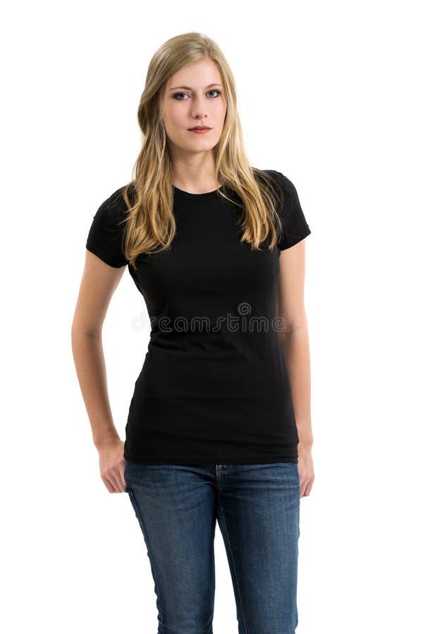 Ξανθή γυναίκα που διαμορφώνει το κενό μαύρο πουκάμισο στοκ φωτογραφία