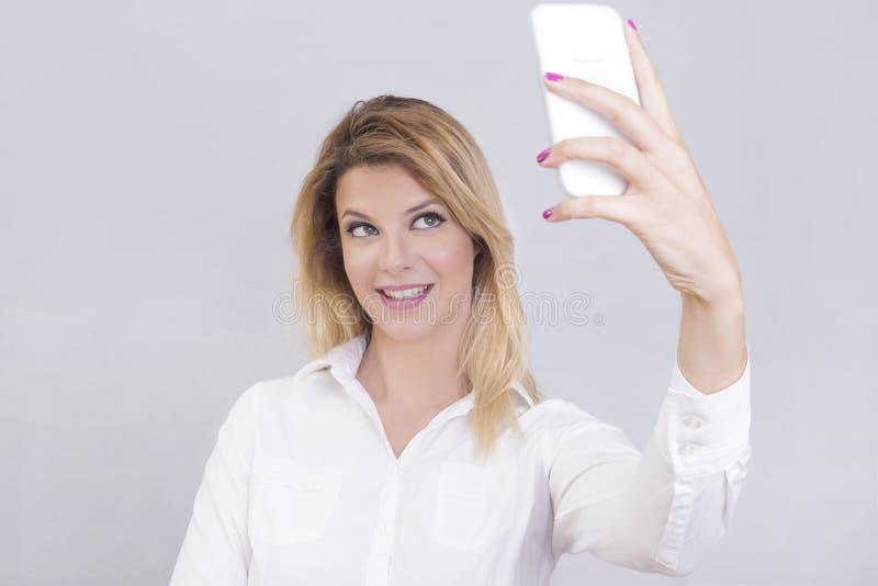 Ξανθή γυναίκα που παίρνει ένα selfie στοκ εικόνες με δικαίωμα ελεύθερης χρήσης