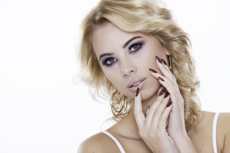 Ξανθή γυναίκα που φορά το κόσμημα στοκ φωτογραφία με δικαίωμα ελεύθερης χρήσης