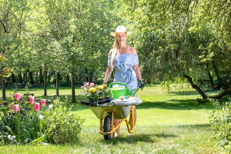 ξανθή γυναίκα στον κήπο την άνοιξη στοκ φωτογραφία με δικαίωμα ελεύθερης χρήσης