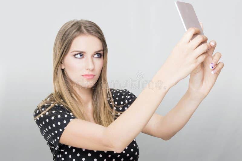Ξανθή γυναίκα selfie στοκ εικόνες