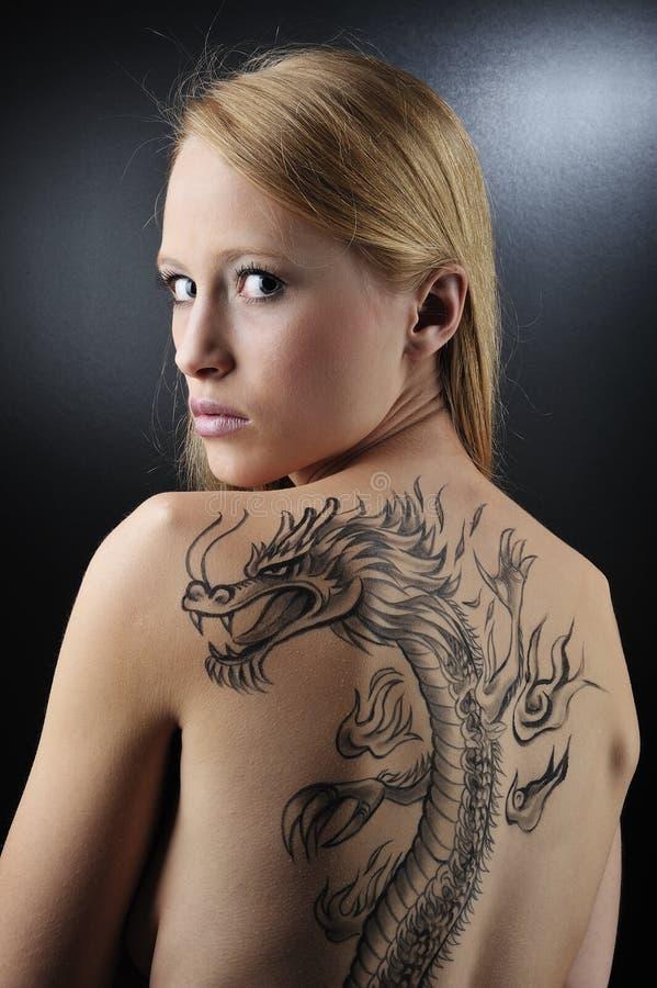 ξανθή γυναίκα tatoo δράκων στοκ φωτογραφία