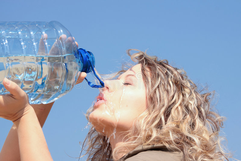 ξανθή διψασμένη γυναίκα ερή& στοκ εικόνες