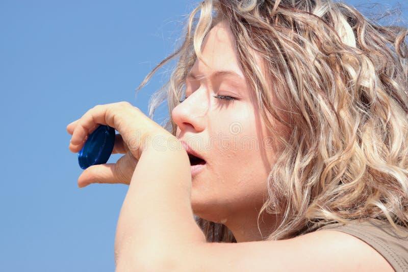 ξανθή διψασμένη γυναίκα ερή& στοκ φωτογραφίες