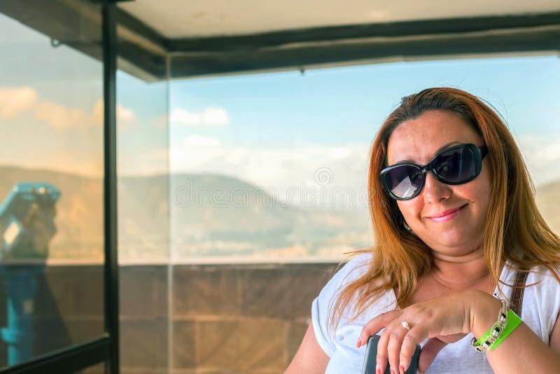 Ξανθή ευτυχής γυναίκα στις διακοπές στοκ φωτογραφία με δικαίωμα ελεύθερης χρήσης