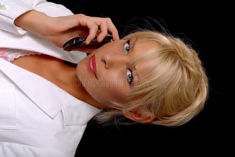 ξανθή καλή τηλεφωνική γυν&alp στοκ εικόνες