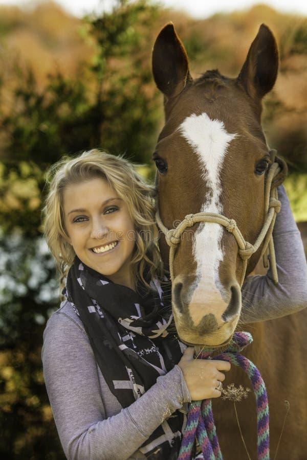 Ξανθή κυρία με το άλογό της στοκ φωτογραφία με δικαίωμα ελεύθερης χρήσης