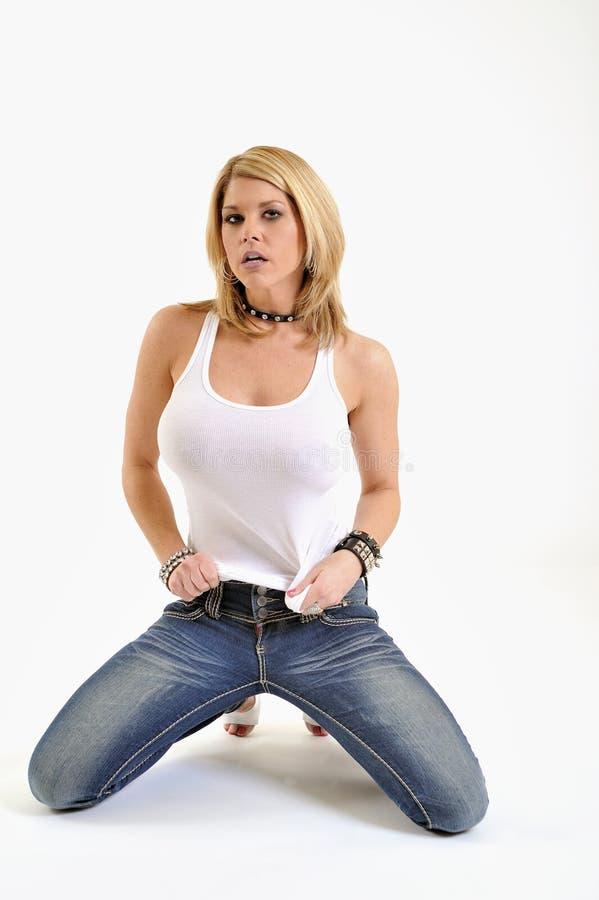 ξανθή λευκή γυναίκα δεξαμενών jeams προκλητική στοκ εικόνες με δικαίωμα ελεύθερης χρήσης