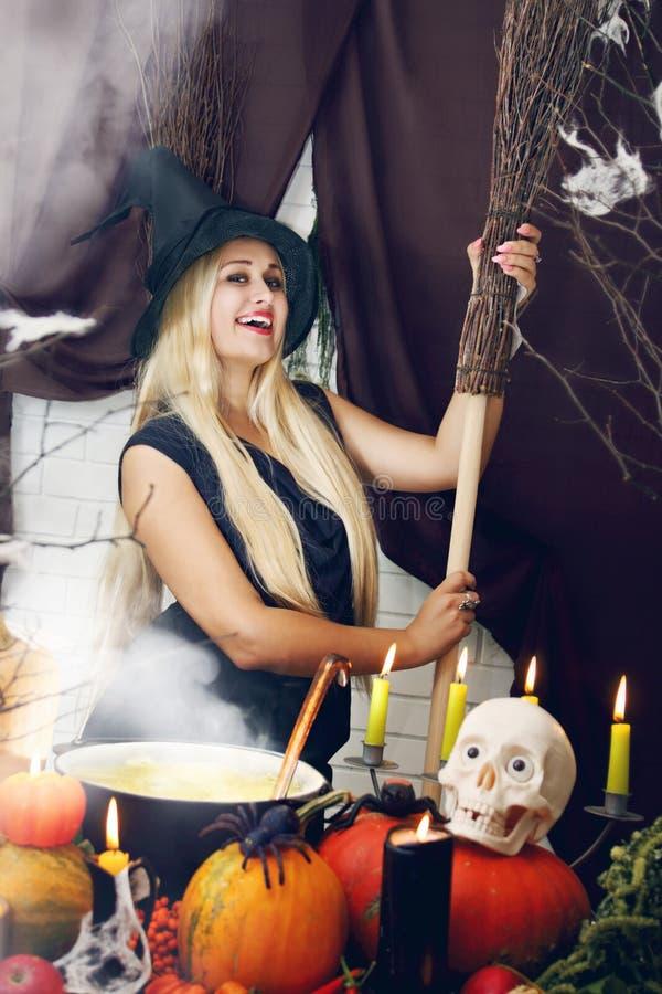 Ξανθή μάγισσα με μια σκούπα, που βάφεται στοκ εικόνα με δικαίωμα ελεύθερης χρήσης