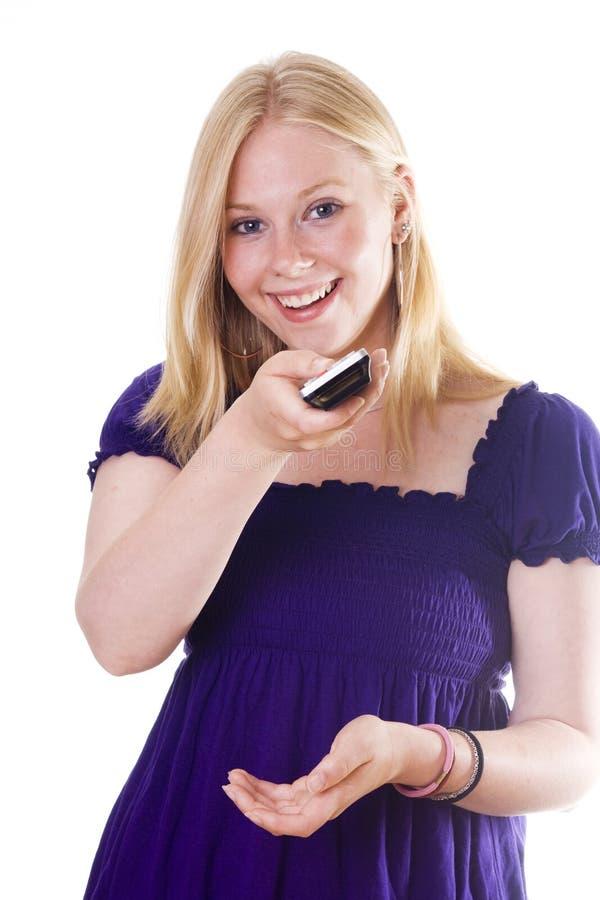 Ξανθή νέα γυναίκα με τον τηλεχειρισμό στοκ φωτογραφία