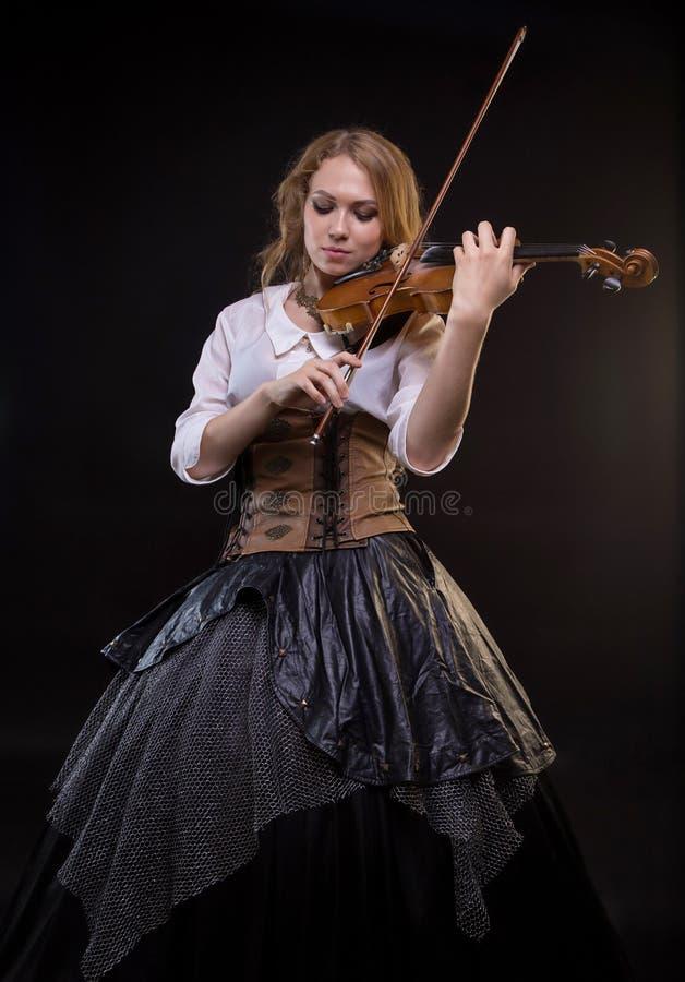 Ξανθή νέα γυναίκα που παίζει το βιολί στοκ φωτογραφία με δικαίωμα ελεύθερης χρήσης