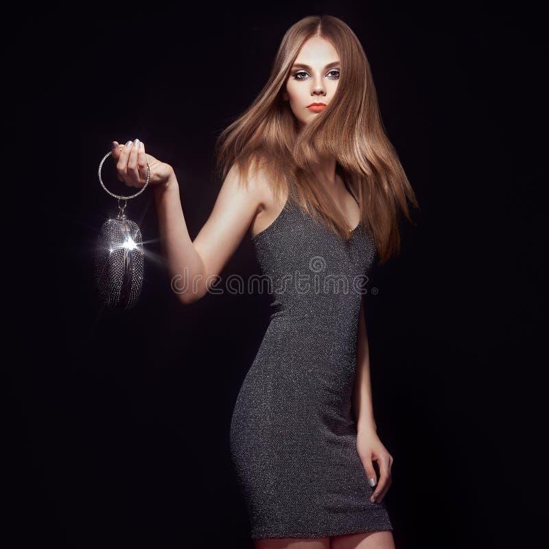 Ξανθή νέα γυναίκα σε λίγο μαύρο φόρεμα στοκ εικόνα