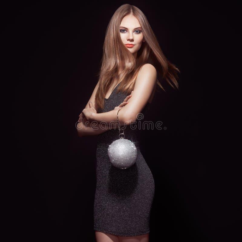 Ξανθή νέα γυναίκα σε λίγο μαύρο φόρεμα στοκ φωτογραφίες με δικαίωμα ελεύθερης χρήσης