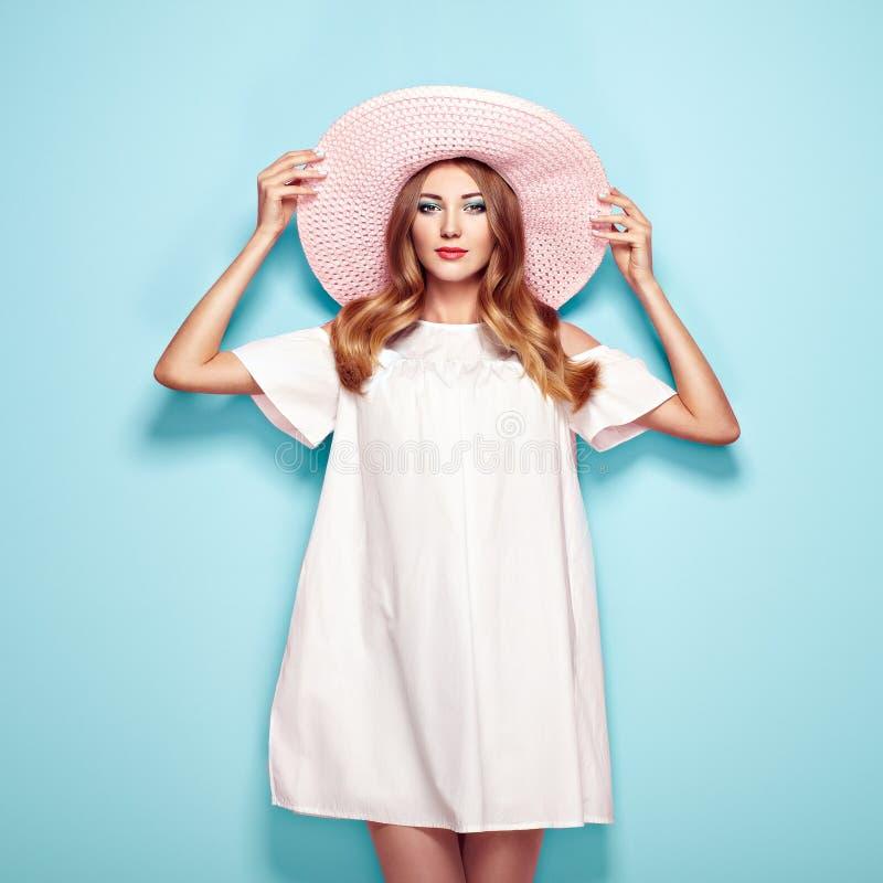Ξανθή νέα γυναίκα στο θερινό άσπρο φόρεμα στοκ εικόνες