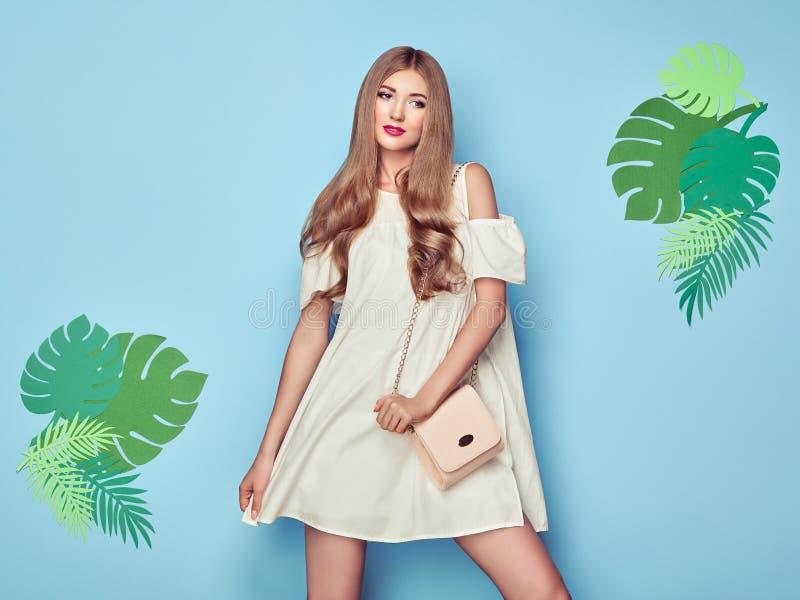 Ξανθή νέα γυναίκα στο floral θερινό φόρεμα άνοιξης στοκ εικόνες με δικαίωμα ελεύθερης χρήσης