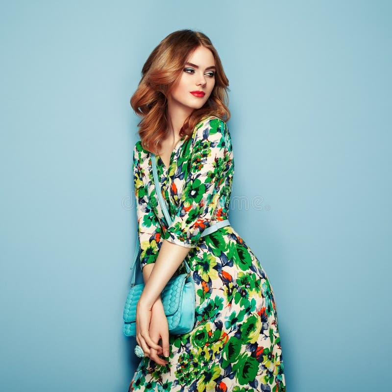 Ξανθή νέα γυναίκα στο floral θερινό φόρεμα άνοιξης στοκ φωτογραφίες