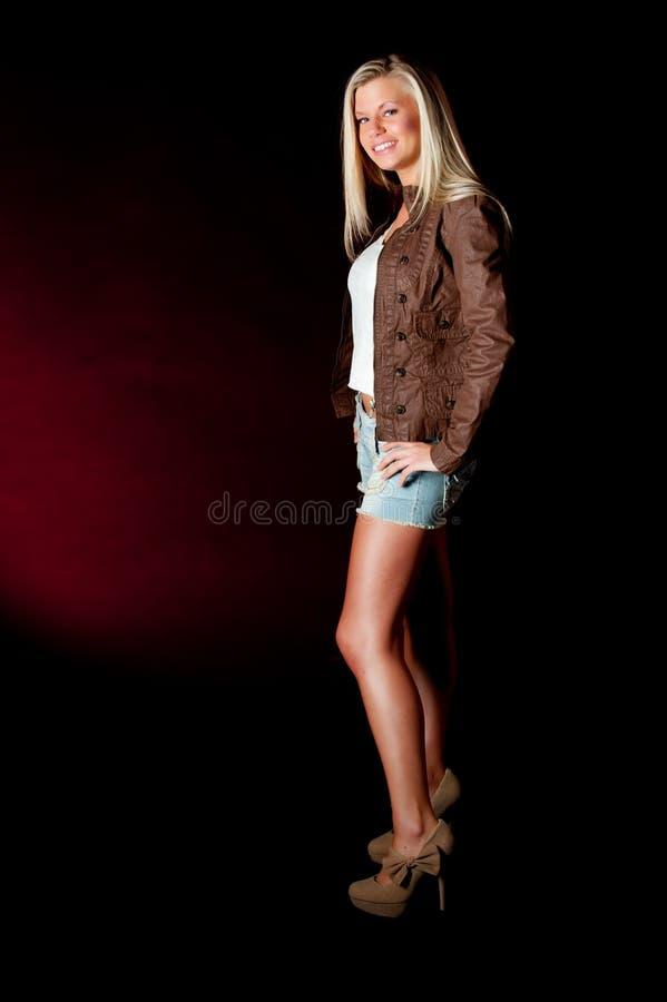 ξανθή προκλητική γυναίκα δέρματος σακακιών στοκ εικόνα