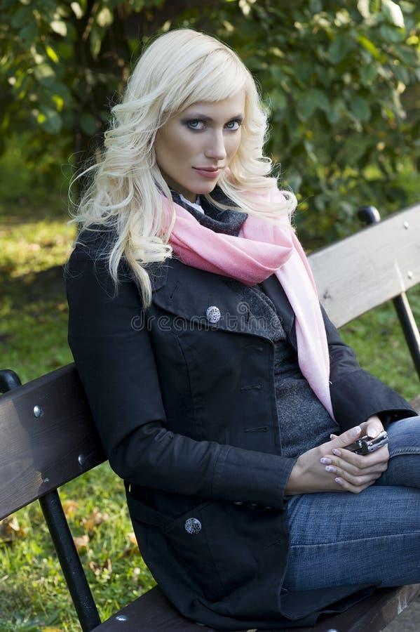 Download ξανθή συνεδρίαση κοριτσ&iota Στοκ Εικόνα - εικόνα από πράσινος, πρόσωπο: 17058945