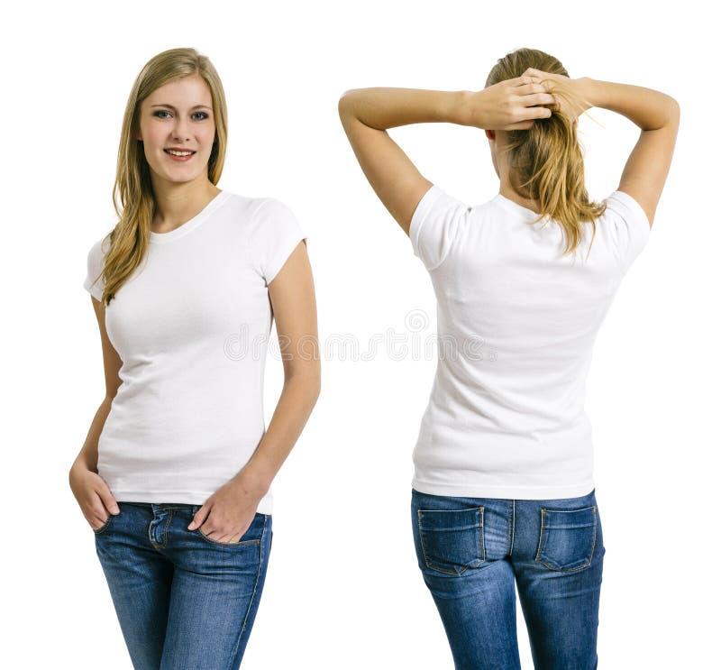 Ξανθή τοποθέτηση γυναικών με το κενό άσπρο πουκάμισο στοκ φωτογραφία