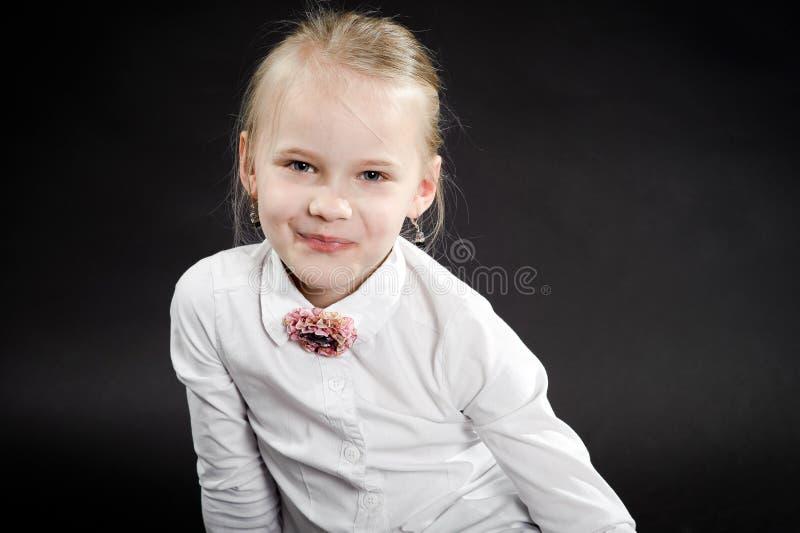 Πορτρέτο του χαμογελώντας κοριτσιού στοκ εικόνα με δικαίωμα ελεύθερης χρήσης