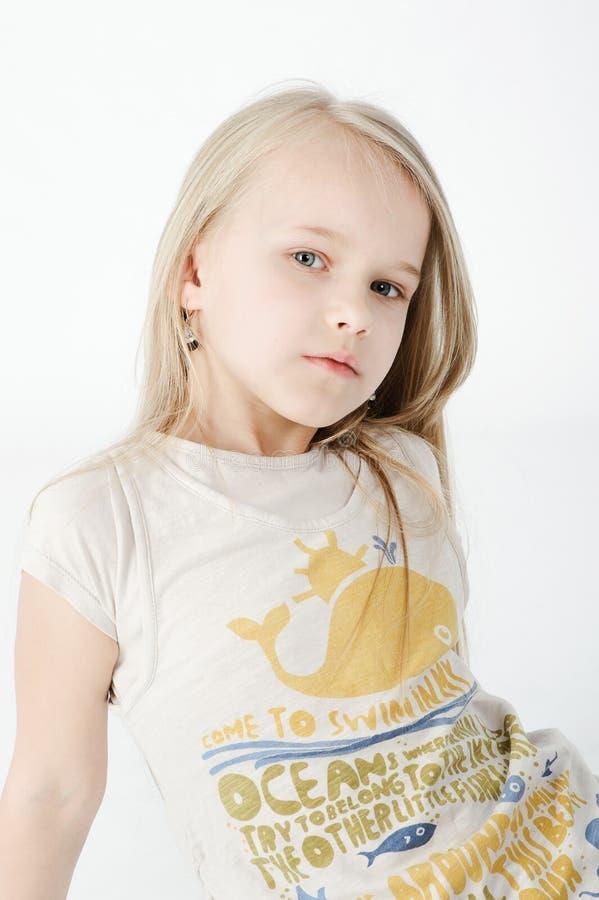 Πορτρέτο του νέου ξανθού κοριτσιού στοκ εικόνες