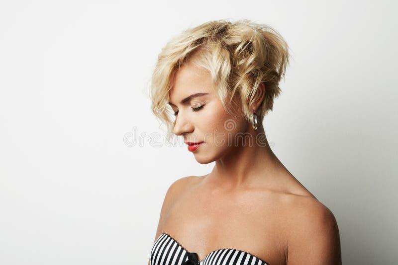 Ξανθή τρίχα γυναικών πορτρέτου όμορφη νέα που φορά το κενό άσπρο υπόβαθρο φορεμάτων Φωτογραφία ανθρώπων μόδας ομορφιάς Όμορφο κορ στοκ εικόνες