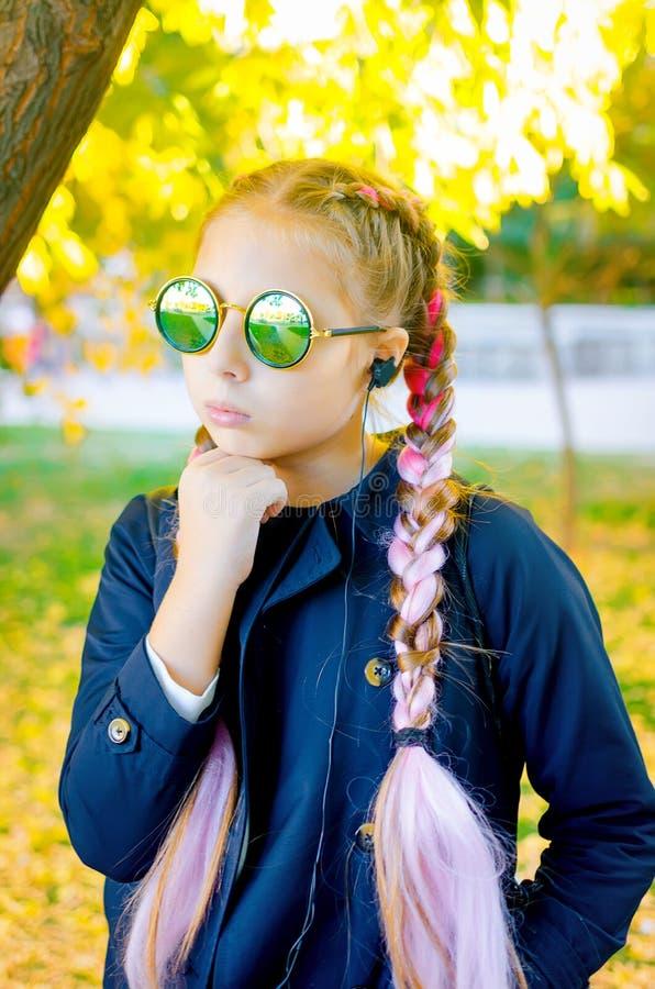 Ξανθή φθορά κοριτσιών γυαλιά ηλίου με το ρόδινο kanekalon στην τρίχα μέσα στοκ εικόνες