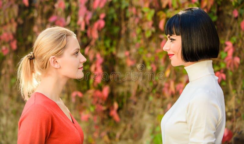 Ξανθοί ανταγωνιστές brunette Θηλυκός ανταγωνισμός Ανταγωνισμός και ζηλοτυπία προβλημάτων φιλίας Όμορφες αδελφές φίλων κοριτσιών Μ στοκ εικόνες