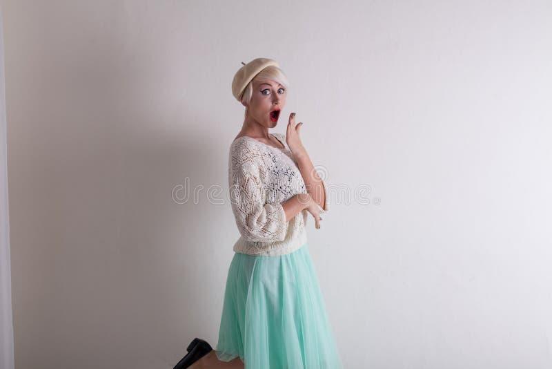 Ξανθός από την τοποθέτηση της Γαλλίας στο άσπρο φόρεμα στοκ εικόνα