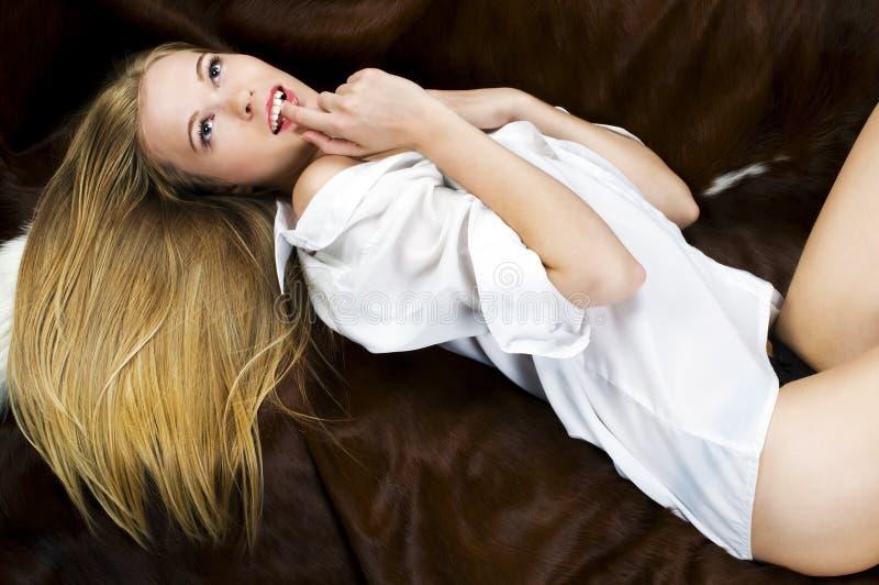 ξανθός καναπές στοκ εικόνες