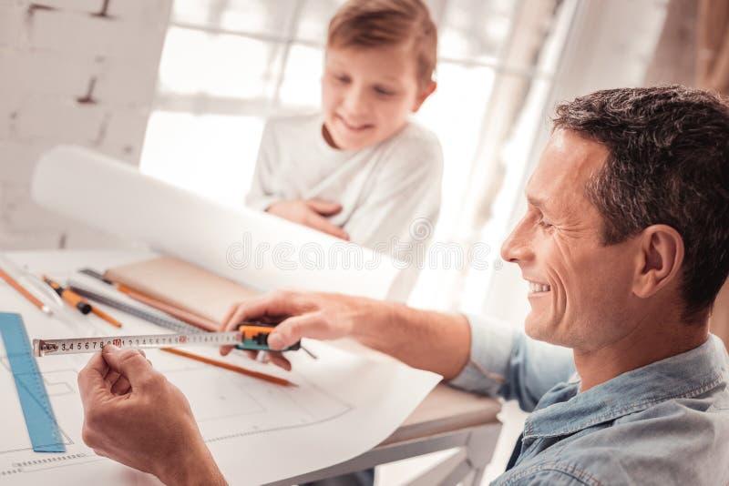 Ξανθός-μαλλιαρός γιος που ακούει το αγαθό πατέρων του στη γεωμετρία στοκ φωτογραφίες με δικαίωμα ελεύθερης χρήσης