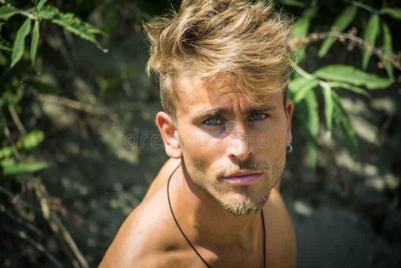 Ξανθός νεαρός άνδρας γυμνοστήθων που βλέπει άνωθεν στοκ εικόνες με δικαίωμα ελεύθερης χρήσης